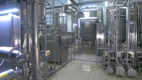 Edelstahlbau an der Raffinerie Benzin, Gas, Brennstoff, Erdöl, Produktion stock footage