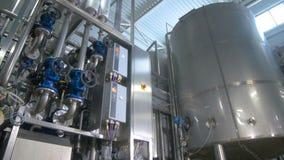 Edelstahlbau an der Raffinerie Benzin, Gas, Brennstoff, Erdöl, Produktion stock video footage