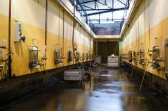 Edelstahlfermentationsbehälter in der bulgarischen Weinkellerei Lizenzfreies Stockfoto