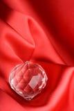 Edelstein über rotem Hintergrund Lizenzfreies Stockfoto