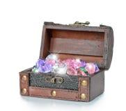 Edelsteine im offenen hölzernen Kasten stockbild