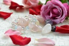 Edelsteine mit rosafarbenen Blumen Stockbild