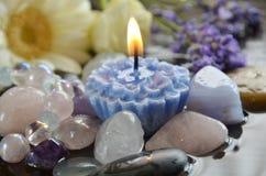 Edelsteine und Kerze lizenzfreies stockbild