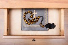 Edelsteinrosenbeet auf Bibelbuch im offenen Fach stockfotos