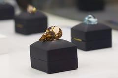 Edelstenen in het venster van juwelenopslag Stock Foto's