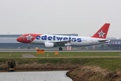 Edelweiss A320 atterrissant Photographie stock