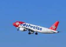 Edelweiss Air Airbus A-320 después de sacar Imagenes de archivo