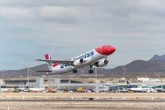 Edelweiss Airbus A320 décollant de l'aéroport de sud de Ténérife Image stock