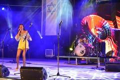 Eden Alena es cantante israelí preporming en el Día de la Independencia de Israel 70 en Karmiel foto de archivo