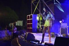 Eden Alena es cantante israelí preporming en el Día de la Independencia de Israel 70 en Karmiel imagen de archivo