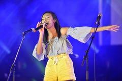 Eden Alena es cantante israelí preporming en el Día de la Independencia de Israel 70 en Karmiel fotografía de archivo