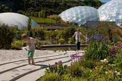 Eden Project Biomes con los niños imagen de archivo