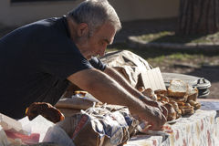 Ederly mężczyzna narządzania pizza z mortadella Zdjęcia Stock