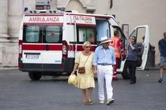 Ederly parflyttning i väg från ambulansen Arkivfoton