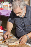 Ederlymens die pizza met mortadella voorbereiden Royalty-vrije Stock Fotografie