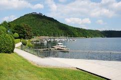 Edersee-Wasser-Front und Promenade bei Berich mit Schloss Wladeck lizenzfreies stockfoto