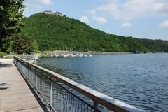 Edersee-Wasser-Front und Promenade mit Schloss Wladeck stockfotos