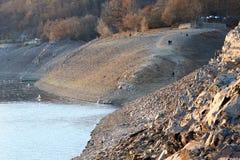 Edertal-Verdammung im November 2018, Niedrigwasserniveau durch Dürre stockbilder