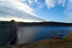 Edertal-Verdammung 2018, Reservoir und Verdammung, unterer Wasserspiegel lizenzfreies stockbild