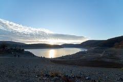 Edertaldam November 2018, gedaald dorp en reservoir stock afbeelding