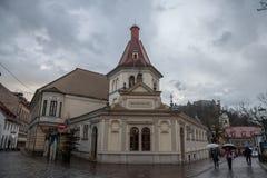 Edestrians som går i det fot- området av det gamla centret av Ljubljana, huvudstad av Slovenien Royaltyfri Fotografi