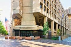 Edgar Hoover Building com as bandeiras no Washington DC fotografia de stock
