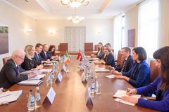 Edgars Rinkevics, minister Cudzoziemski - sprawy Latvia spotkanie z Helen McEntee ministrem dla Europejskich spraw Irlandia obraz stock