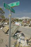 Edgewater在Pensacola佛罗里达命中的飓风Ivan的街道的St符号 免版税库存图片