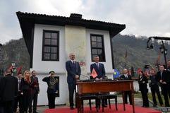 Edi Rama e Hashim Thaqi na frente da liga de Prizren imagens de stock