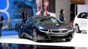 Edición negra congelada protónica de BMW i8 en la exhibición en el salón del automóvil metrajes