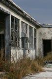 Edifício abandonado de encontro ao céu de escurecimento Foto de Stock