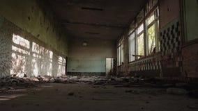 Edifício abandonado velho Plano geral da sala Plano cinemático O sol brilha com Windows video estoque