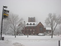 Edifício administrativo na tempestade UWM das nevadas fortes imagem de stock