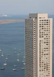 Edifício alto exterior estacionado de barcos de vela imagens de stock