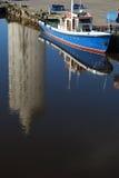 Edifício alto refletindo da água no harbo pequeno Imagem de Stock Royalty Free