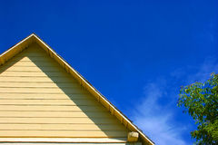 Edifício amarelo, céu azul. fotografia de stock royalty free