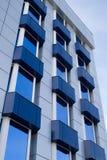 Edifício azul com balcão imagens de stock