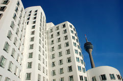 Edifício branco com uma torre da transmissão Imagem de Stock Royalty Free