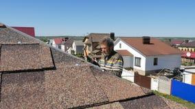 Edifício Colocando um telhado macio vídeos de arquivo