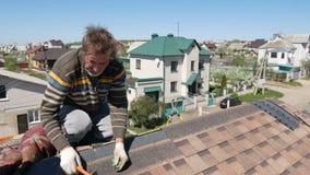 Edifício Colocando um telhado macio video estoque