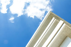 Edifício com céu azul Imagens de Stock Royalty Free