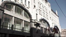 Edifício da administração com as bandeiras dos países Bandeiras dos países da União Europeia que acenam perto do europeu moderno video estoque