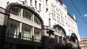 Edifício da administração com as bandeiras dos países Bandeiras dos países da União Europeia que acenam perto do europeu moderno filme