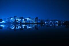 edifício da reflexão na noite fotos de stock royalty free