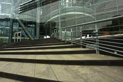 Edifício de administração com uma parte dianteira do vidro fotografia de stock royalty free