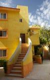 Edifício de apartamento amarelo Fotos de Stock Royalty Free