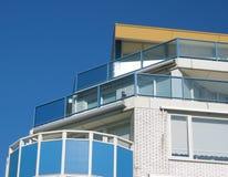 Edifício de apartamento do beira-mar fotos de stock