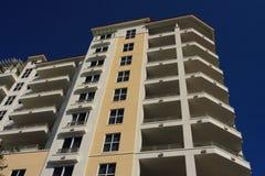 Edifício de apartamento do Highrise Foto de Stock Royalty Free