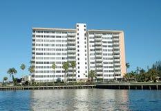 Edifício de apartamento genérico Imagem de Stock Royalty Free