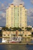 Edifício de apartamento sul da praia com porto foto de stock royalty free